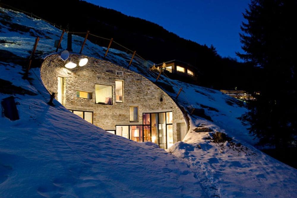 Dağın tepesine delik açıp ev yaptılar!