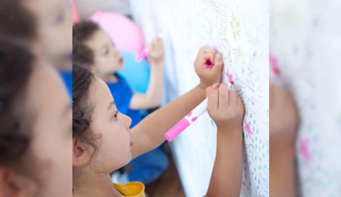 Proll ile duvarlar renkli çocuklar mutlu