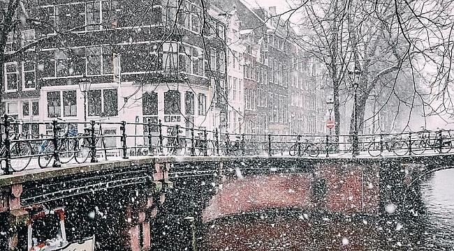 Karlar altında büyüleyici Amsterdam