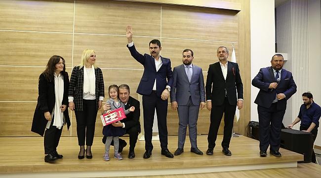 Çevre ve Şehircilik Bakanı Murat Kurum, İmar Barışı Yasası ile ilgili bilgilendirme için vatandaşlarla buluştu.
